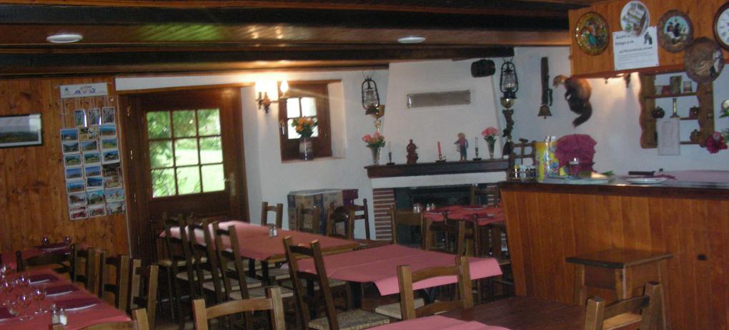 Un intérieur typique des chalets d'antan, convivialité assurée.